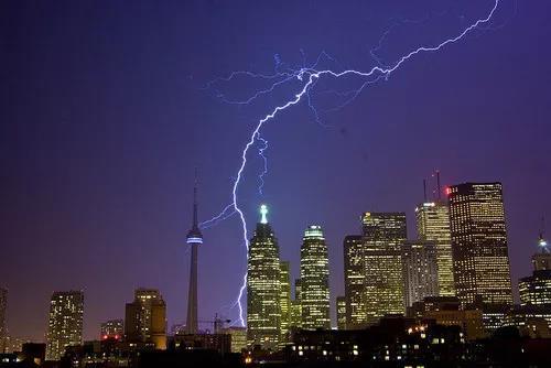 如何在雷雨天气拍出清晰的闪电照片?